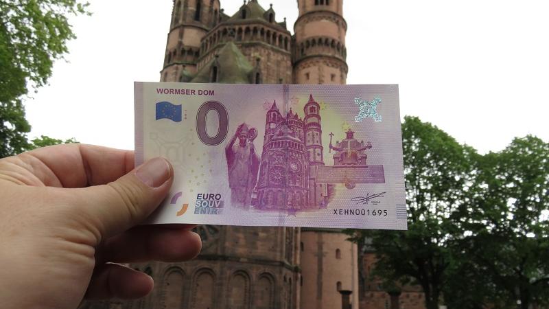 Wormser reißen sich um Null-Euro-Schein aus Worms – der Dom zieht an