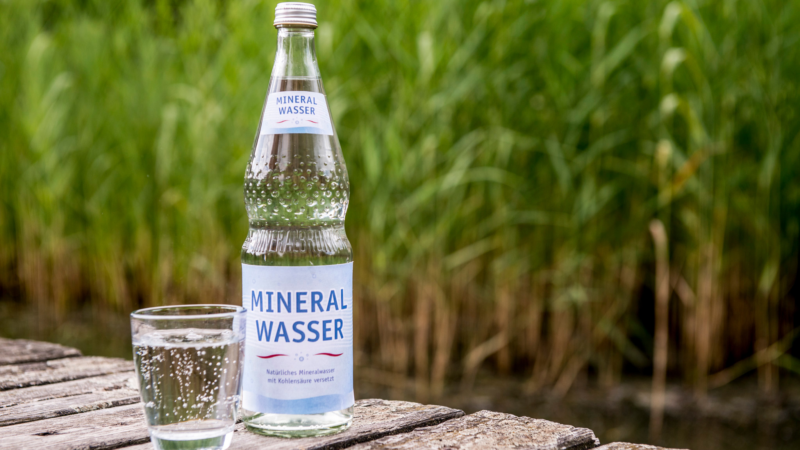 Zischt, prickelt und schmeckt: Kohlensäure im Mineralwasser