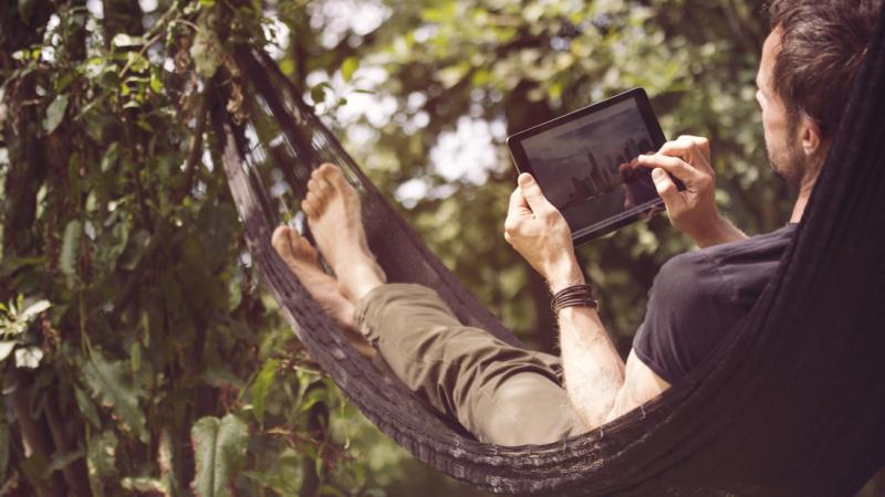 Schnelles WLAN im Garten: Arbeit und Freizeit im Grünen mit dem devolo WiFi Outdoor