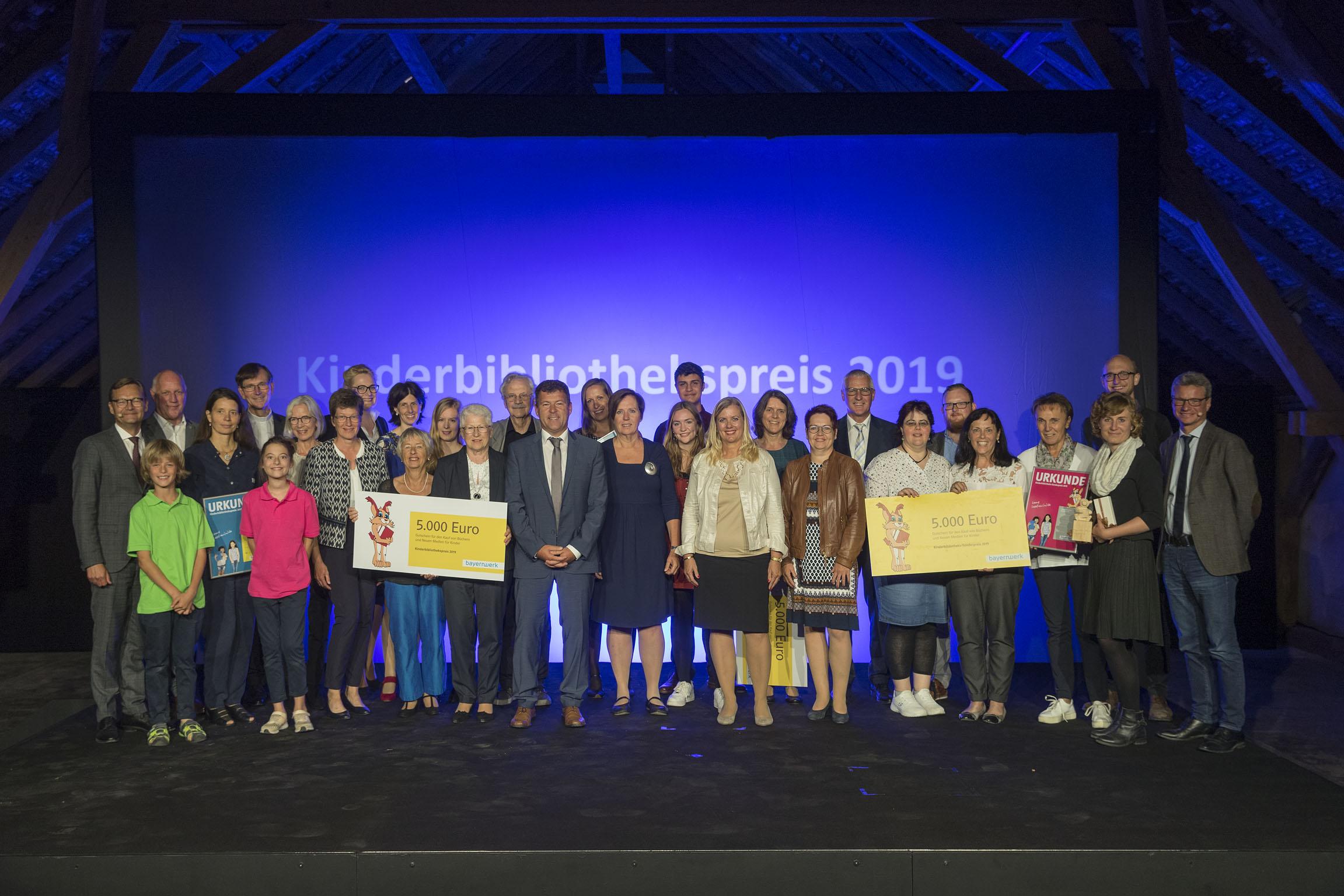Galaabend im Zeichen des Lesens – Bayernwerk ehrt fünf Einrichtungen mit Kinderbibliothekspreis – Lara Schützsack erhält Paul Maar-Preis Korbinian