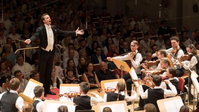 """""""Miteinander der Seelen"""": Frenetischer Beifall für Jugend-Sinfonieorchester aus Tatarstan"""