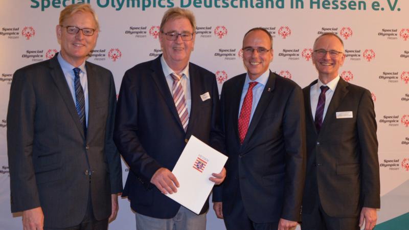 Mehr inklusiver Sport – Minister Beuth überreicht Förderbescheid an Special Olympics Hessen