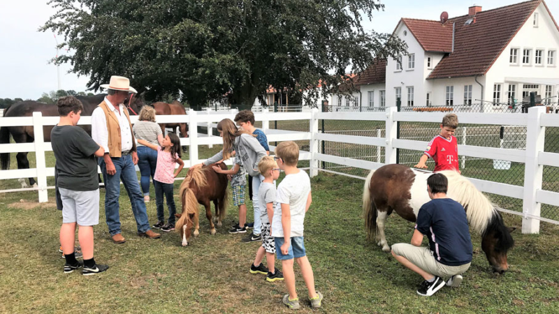 Ferienkinder besuchen Aiderbichl-Ponys auf der Ballermann Ranch
