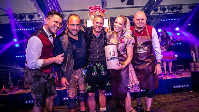 11. Frankfurter Oktoberfest: Botschafterin Janine Kunze meistert Festbieranstich an der Commerzbank-Arena