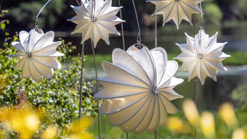 Wetterfeste Lampions sorgen für stimmungsvollen Flair.