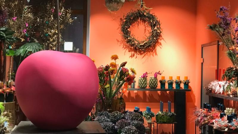 """Kult-Skulptur Cherry von Lisa Pappon exklusiv im angesagtesten Blumenladen Berlins """"Zinnober Blumen"""""""