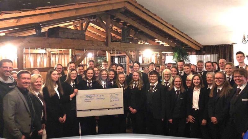 Übergrößenhändler schuhplus übergibt Spende an das Blasorchester Sedelsberg
