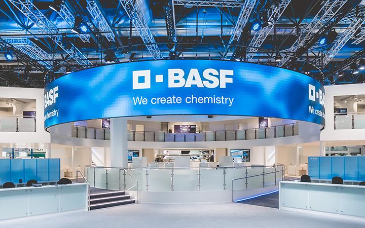 Blue Wheels auf der K`mit gebogener Video-LED-Wand für BASF