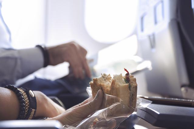 Essen ins Flugzeug mitnehmen – Verbraucherfrage der Woche der ERGO Reiseversicherung