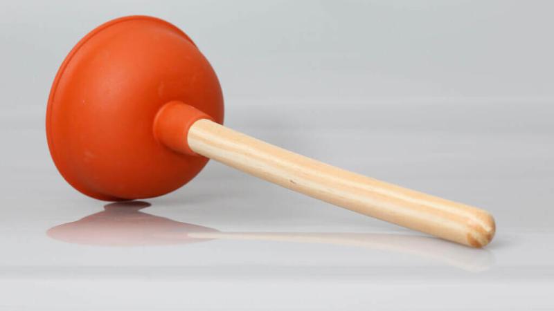Einen Pümpel / Pömpel richtig benutzen – und schon ist der Abfluss wieder frei. Die schnelle und kostengünstige Lösung!