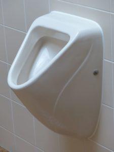 Abfluss vom Urinal bzw. Pissoir verstopft? Was tun? Wir zeigen, wie Sie eine Urinal-Vertopfung beheben können