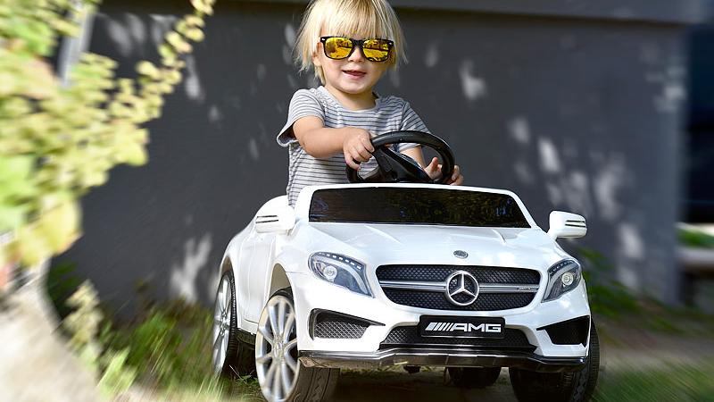 Playtastic Kinderauto Mercedes-Benz GLA 45 in weiß