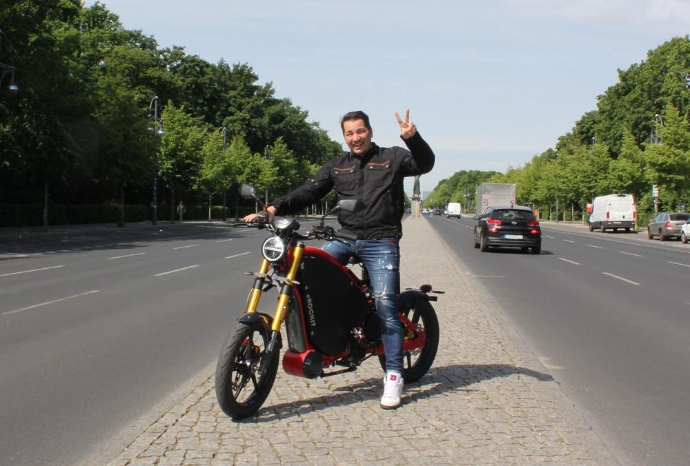 Elektromobilität: Schauspieler Bülent Sharif startet Crowfunding für eROCKIT