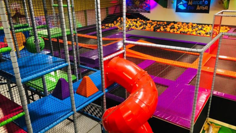 Kindergeburtstag feiern: Indoorspielplatz als Spielparadies