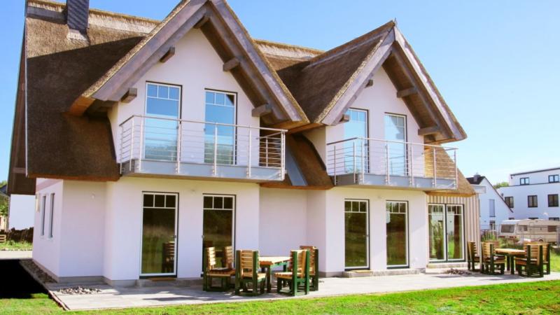Luxus Reethaus Ferienhaus Insel Rügen zu verkaufen. Zwei Häuser ein Preis. Ca 100 m zur Ostsee. Komplett eingerichtet für Jeweils 6 Personen