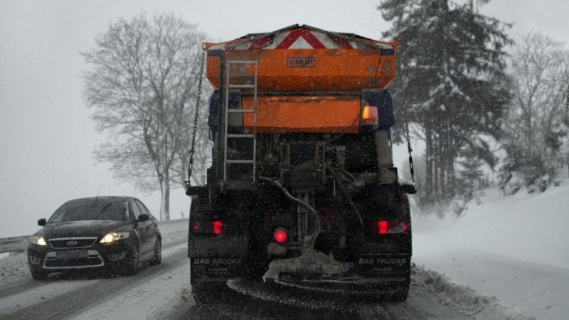 Räumfahrzeuge überholen: erlaubt, aber gefährlich