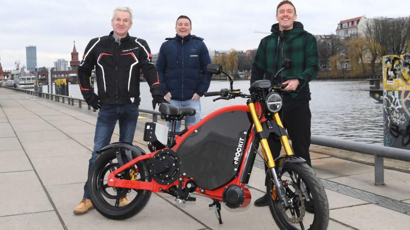 Lautlos und elektrisch: Fußballstar Max Kruse eröffnet Motorradsaison 2021