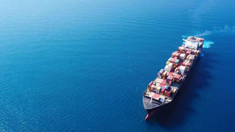 Wenig nachhaltig – Fahrzeugteile von Kontinent zu Kontinent in Einwegverpackungen transportieren
