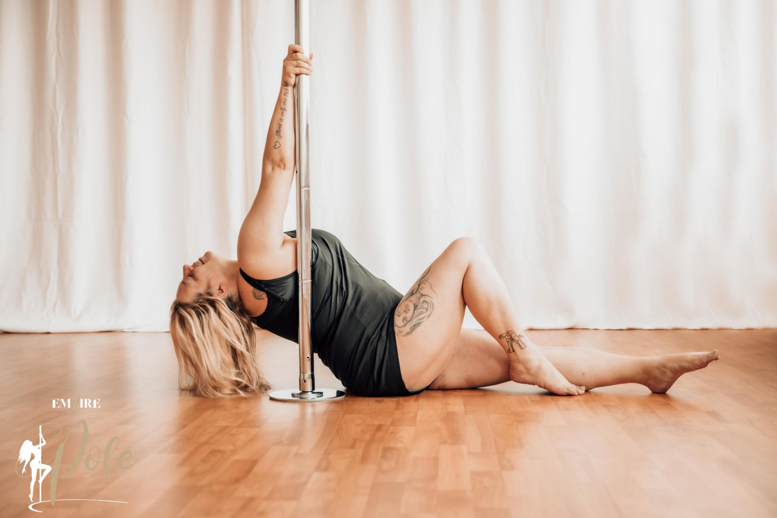 Pole Dance für Curvys: Diese Frau weiß wie es geht