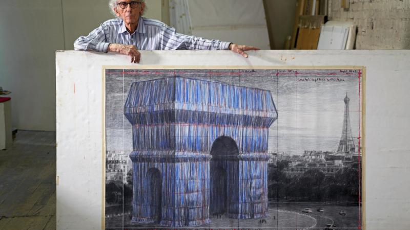 """L""""Arc de Triomphe, Wrapped von Christo and Jeanne Claude kurz vor der Fertigstellung mit Seilen von Gleistein"""