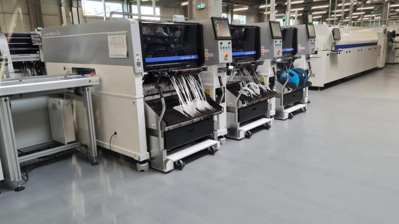 Elemaster setzt in der Produktion Meilenstein mit Bestückungsautomaten der Serie AIMEXIIIc von FUJI